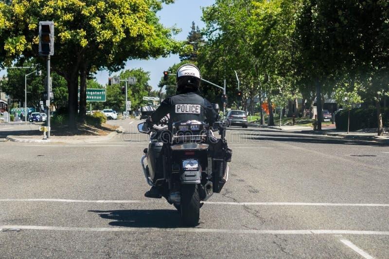 2 augustus, 2018 Mountain View/CA/de V.S. - een motorfietspolitieman op patrouille op de straten van baaigebied de Zuid- van San  stock fotografie
