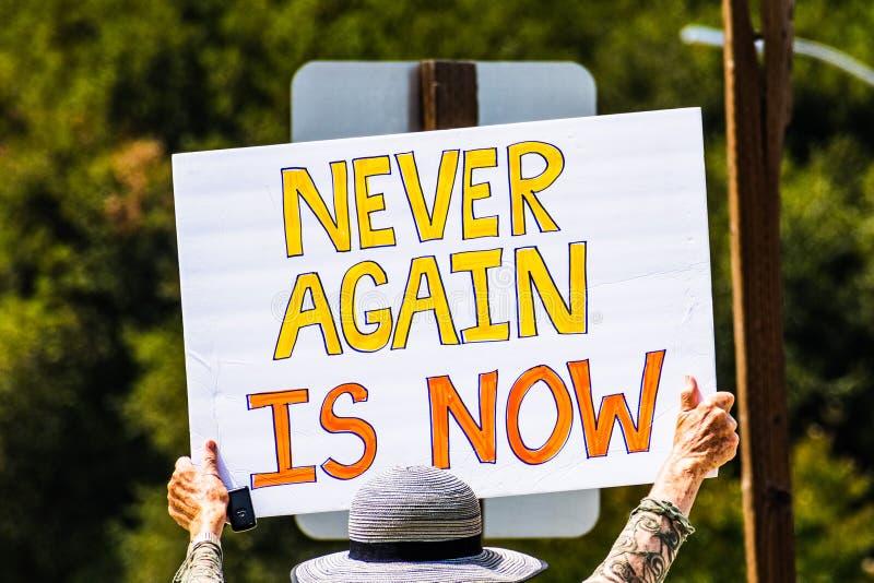 5 augustus, 2019 Palo Alto/CA/de V.S. - de Protesteerder die een teken met het bericht 'is nooit opnieuw nu 'houden bij de verzam royalty-vrije stock afbeeldingen