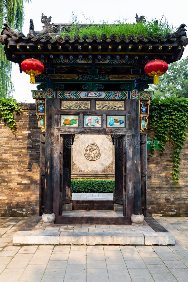 Augustus 2013 - Pingyao, China - Mooie houten gesneden deuropening in één van de vele binnenplaatsen van de Oude Stad van Pingyao royalty-vrije stock fotografie