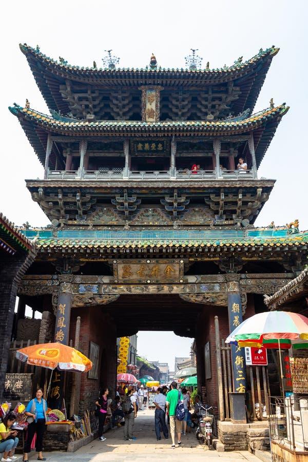 Augustus 2013 - Pingyao, Shanxi, China - de oude toren in de Zuidenstraat van Pingyao stock afbeelding