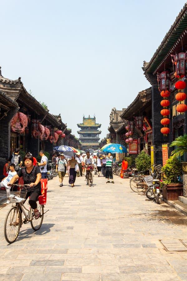 Augustus 2013 - Pingyao, Shanxi, China - Toeristen en plaatselijke bewoners in de Zuidenstraat van Pingyao, ??n van de hoofdwegge stock fotografie