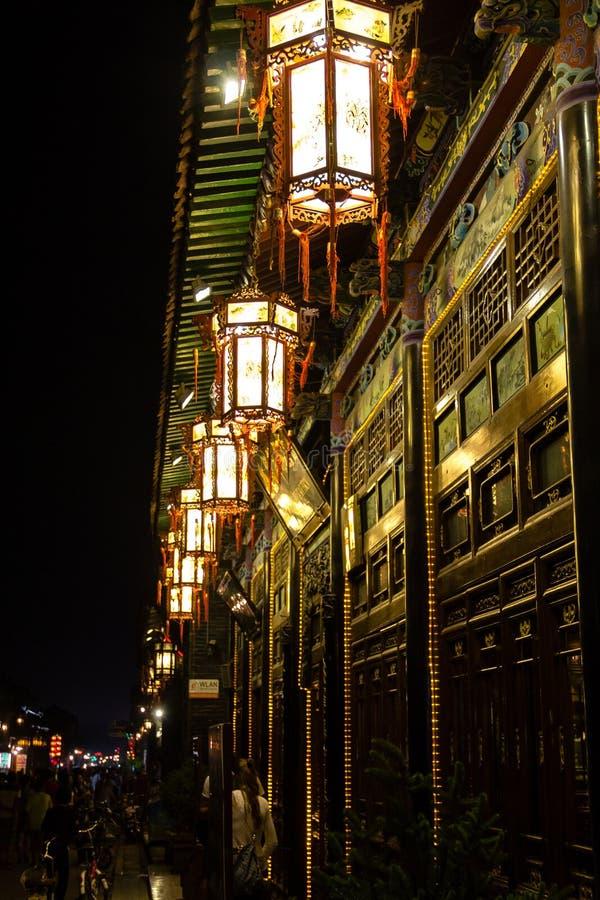 Augustus 2013 - Pingyao, Shanxi, China - Traditionele lampen bij nacht in Pingyao-Zuidenstraat royalty-vrije stock foto