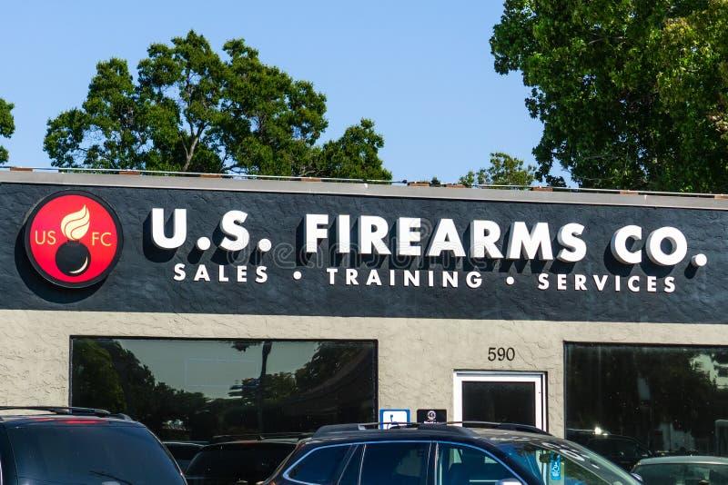14 augustus, 2018 Sunnyvale/CA/de V.S. - U S Vuurwapensco lokale kanonwinkel die een volledige waaier van de kanon daarmee verban stock foto's