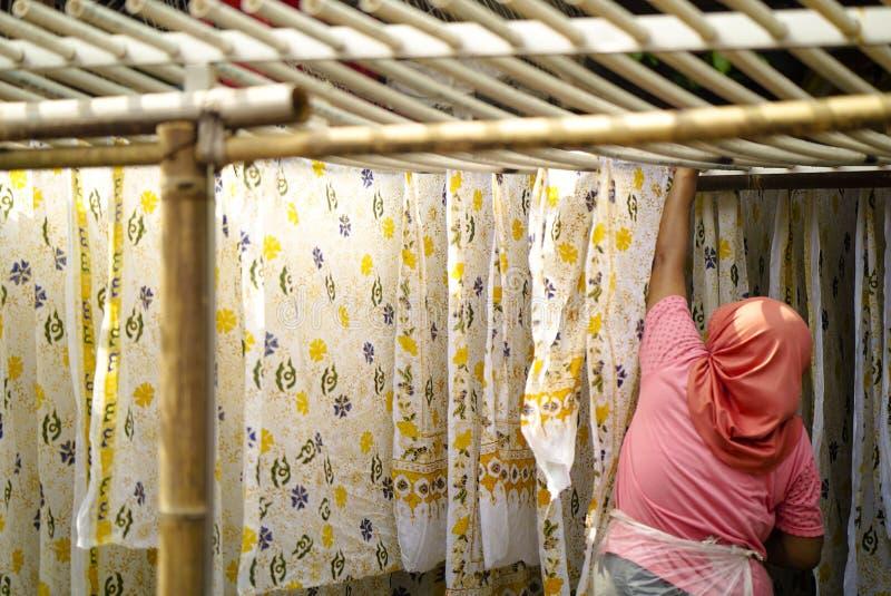 11 augustus 2019, Surakarta Indonesië: De landbouwer Hanging Batik in bamboe is een traditionele cultuur van Indonesië stock foto
