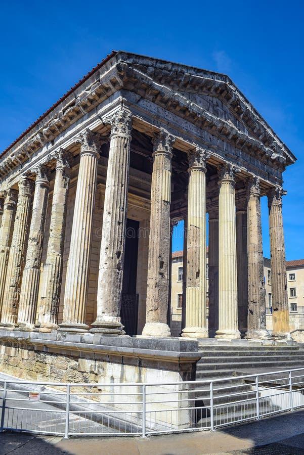 Augustus tempel i den historiska mitten av Vienne, Frankrike fotografering för bildbyråer
