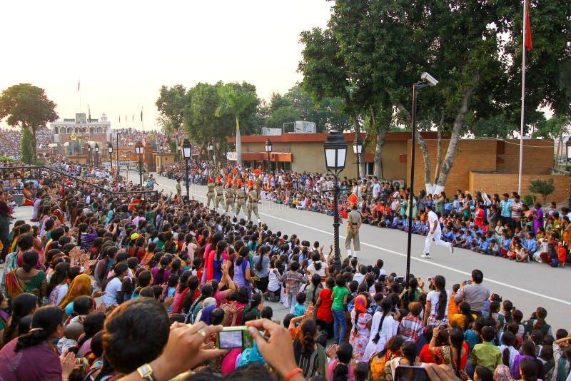 15,2018 augustus, Wagha-Grens, Amritsar, India Indische menigte die en de Indische langs uitgevoerde gebeurtenis toejuichen viere stock fotografie