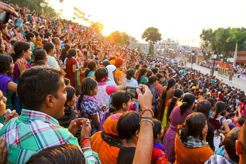 15,2018 augustus, Wagha-Grens, Amritsar, India Indische menigte die en de Indische langs uitgevoerde gebeurtenis toejuichen viere stock foto's