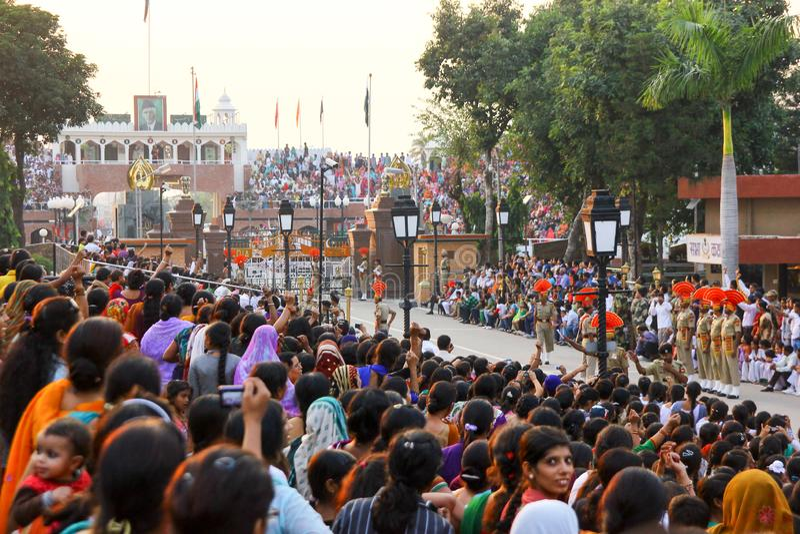 15,2018 augustus, Wagha-Grens, Amritsar, India Indische menigte die en de Indische langs uitgevoerde gebeurtenis toejuichen viere stock foto