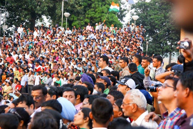 15,2018 augustus, Wagha-Grens, Amritsar, India Indische menigte die en de Indische langs uitgevoerde gebeurtenis toejuichen viere royalty-vrije stock foto's