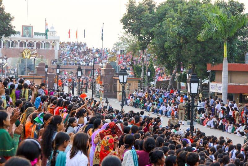 15,2018 augustus, Wagha-Grens, Amritsar, India Indische menigte die en de Indische langs uitgevoerde gebeurtenis toejuichen viere stock afbeeldingen