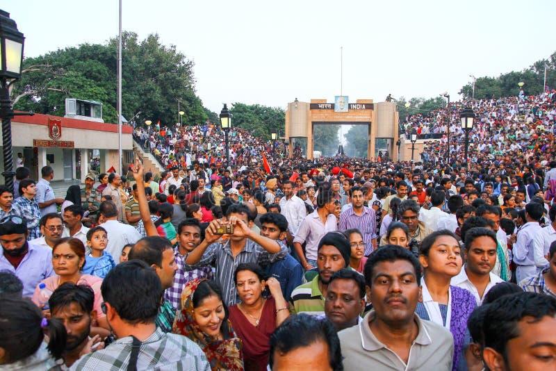 15,2018 augustus, Wagha-Grens, Amritsar, India Indische menigte die en de Indische langs uitgevoerde gebeurtenis toejuichen viere royalty-vrije stock fotografie