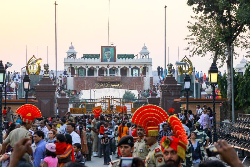 15,2018 augustus, Wagha-Grens, Amritsar, India Indische menigte die en de Indische langs uitgevoerde gebeurtenis toejuichen viere royalty-vrije stock afbeeldingen