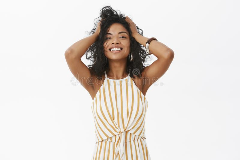 Aujourd'hui de sentiment de fille beau et féminin Charme du jeu tendre de femelle d'afro-américain de stylisht heureux et avec pl images libres de droits