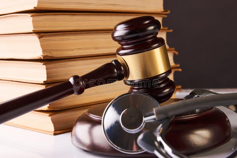Auktionsklubba för domare` s och läkarundersökningstetoskop royaltyfria bilder