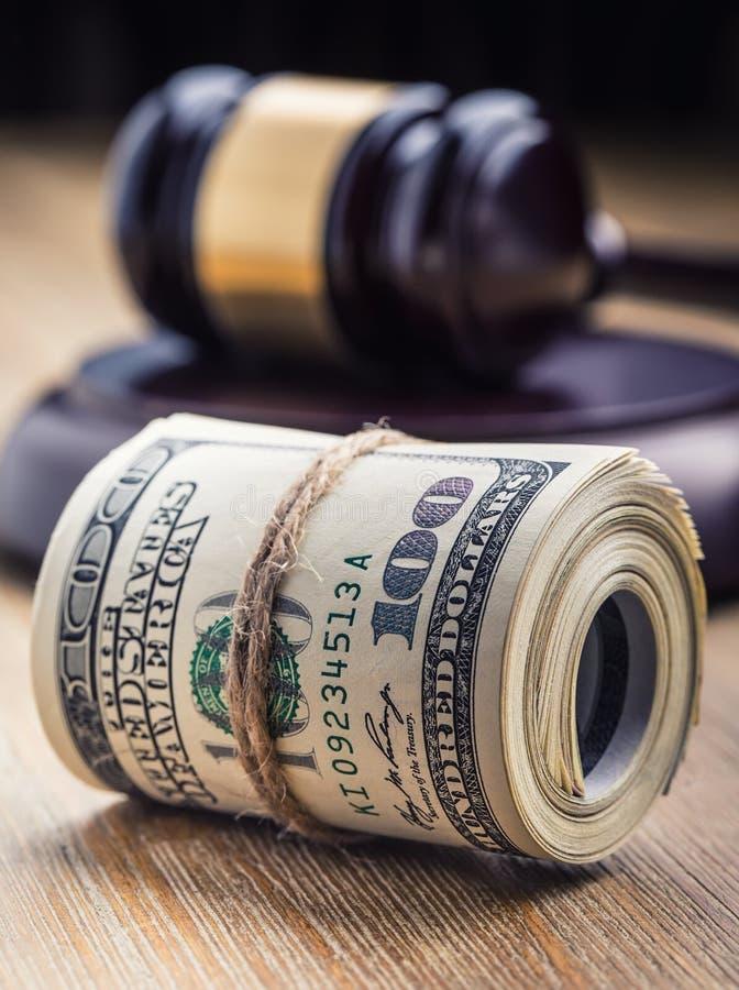 Auktionsklubba för hammare för domare` s Rättvisadollarsedlar och USA sjunker i bakgrunden Domstolauktionsklubba och rullande sed royaltyfri fotografi