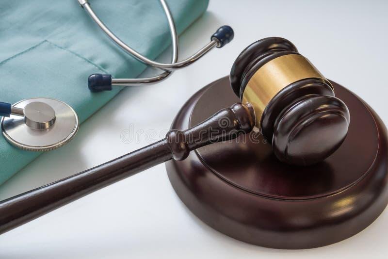 Auktionsklubba och stetoskop i bakgrund Medicinska lagar och lagligt begrepp royaltyfria foton