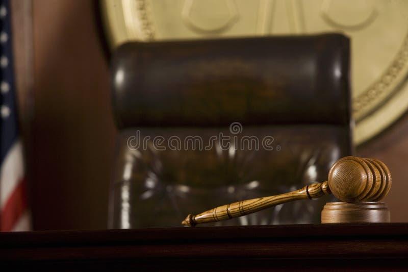 Auktionsklubba som ligger i rättssal arkivfoton