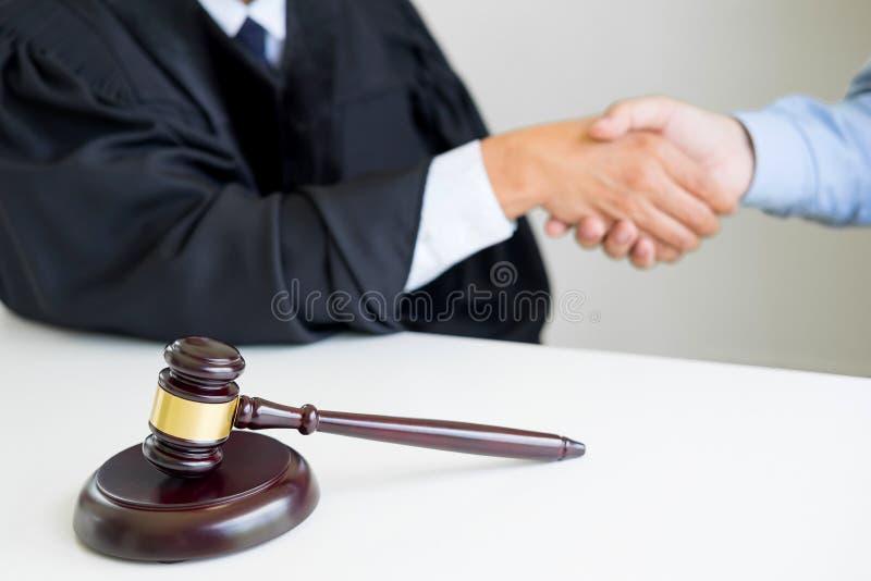 Auktionsklubbahammarerättvisa på trätabellen med domare- och klientshaki royaltyfri fotografi
