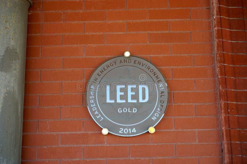Auktoriserad revisorbyggnad och skyddsremsa för LEED guld- royaltyfri fotografi