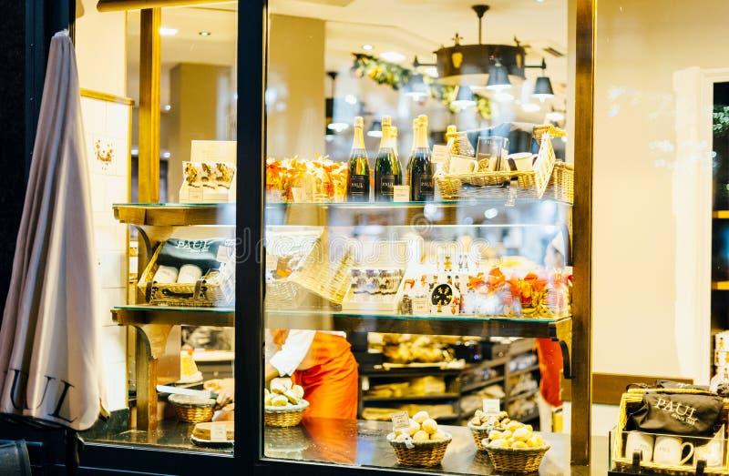 Aul Boulangerie Et Patisserie kawiarnia z nadokiennym zakupy pełno obraz stock