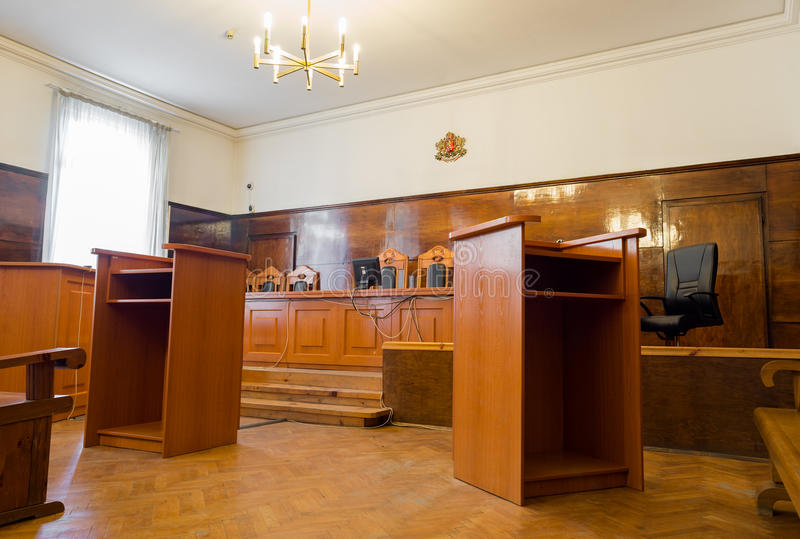 Aula di tribunale vuota con i banchi di legno fotografia stock