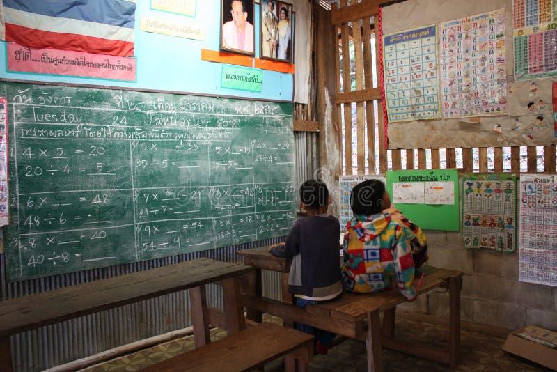 Aula in un villaggio della giungla immagini stock libere da diritti
