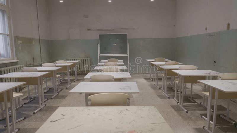 Aula vuota con i bordi bianchi e verdi di legno degli scrittori, di gesso a scuola Aula vuota Aula abbandonata della scuola fotografia stock