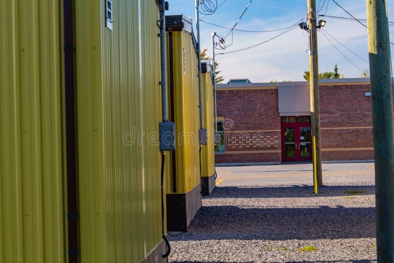 Aule portatili gialle fuori di una scuola elementare fotografia stock