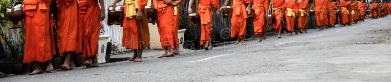 Aumône de Luang Prabang donnant la cérémonie photos stock