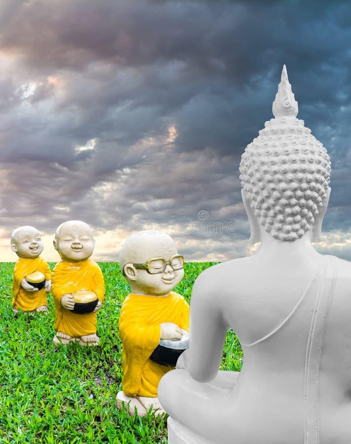 Aumône de regarder de Bouddha image libre de droits