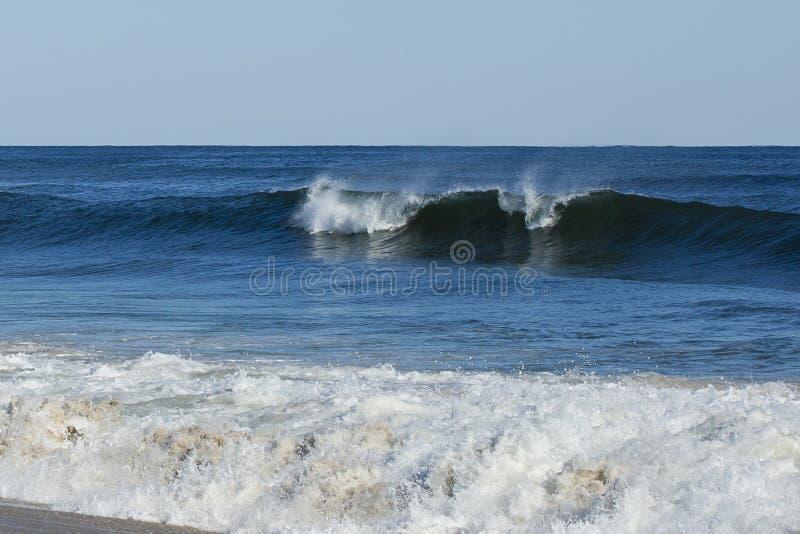 Aumentação azul profunda da onda de oceano imagem de stock