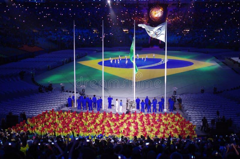 Aumentação da bandeira brasileira nos Olympics Rio2016 imagem de stock royalty free
