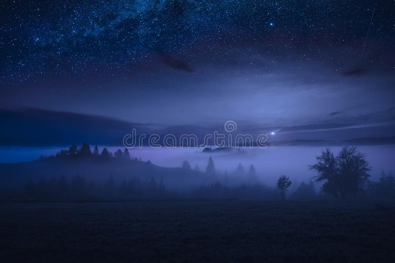 Aumentação majestosa da Lua cheia em um vale alpino nevoento fotografia de stock royalty free