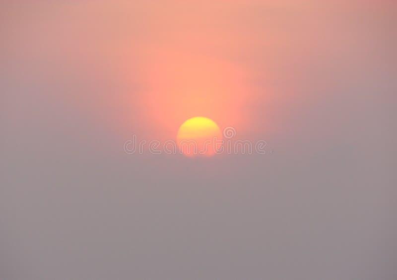 A aumentação Sun com matiz douradas e vermelhas imagens de stock