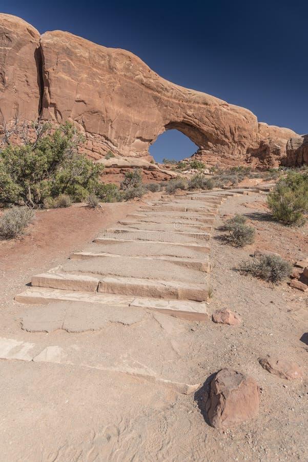 Aumenta all'arco della finestra ed alla spazzola del nord del deserto, il parco nazionale Moab Utah di arché fotografia stock