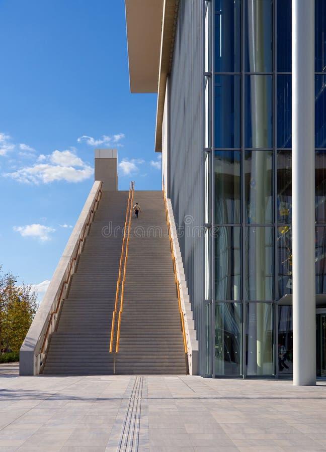 Aumenta, attraversato dalle ombre, un giorno soleggiato a Stavros Niarchos Cultural Center a Atene, la Grecia immagine stock libera da diritti