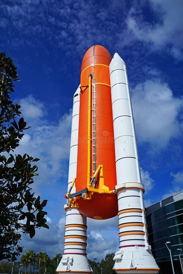 Aumentador de presión de Rocket del transbordador espacial delante del edificio de la Atlántida foto de archivo
