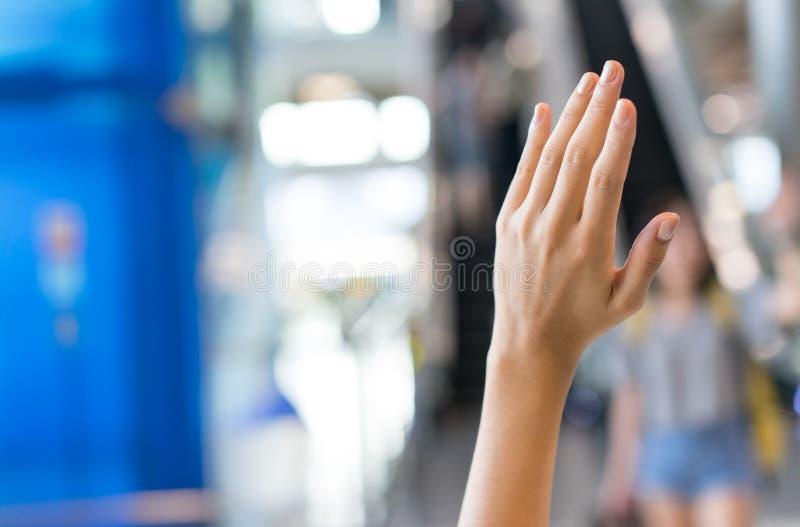 Aumentando la mano para salude al amigo fotos de archivo