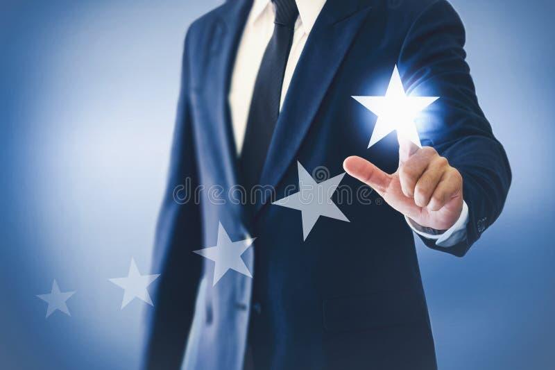 Aumente a classificação e a avaliação com homem de negócios está tocando na tela virtual fotografia de stock
