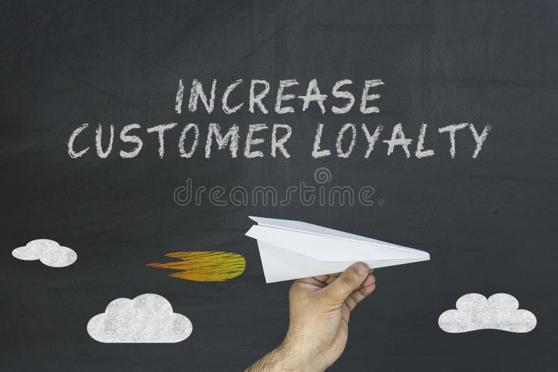 Aumente o conceito da lealdade do cliente no quadro-negro imagem de stock