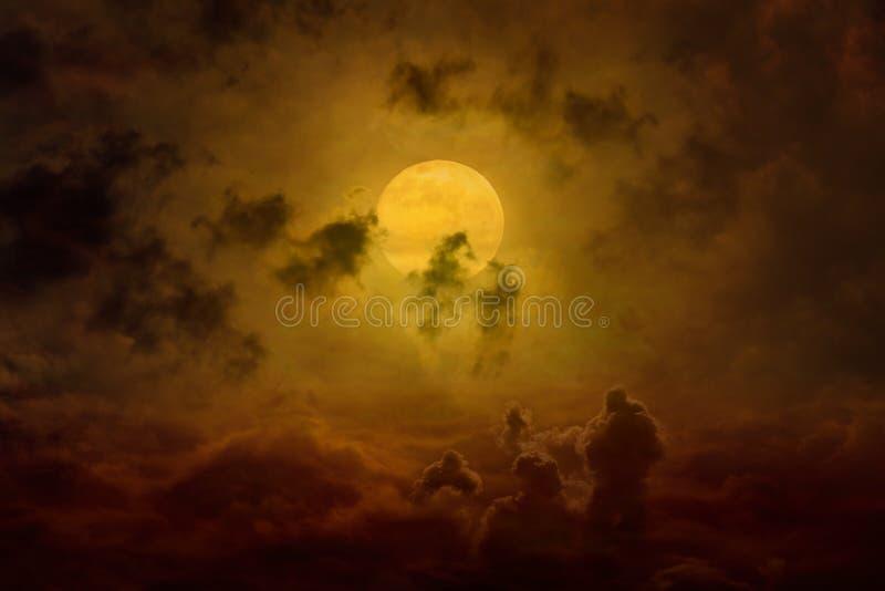 Aumenti d'ardore della luna piena, siluette spaventose scure in cielo d'ardore fotografia stock libera da diritti