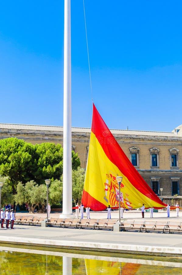 Aumento de la bandera española fotos de archivo