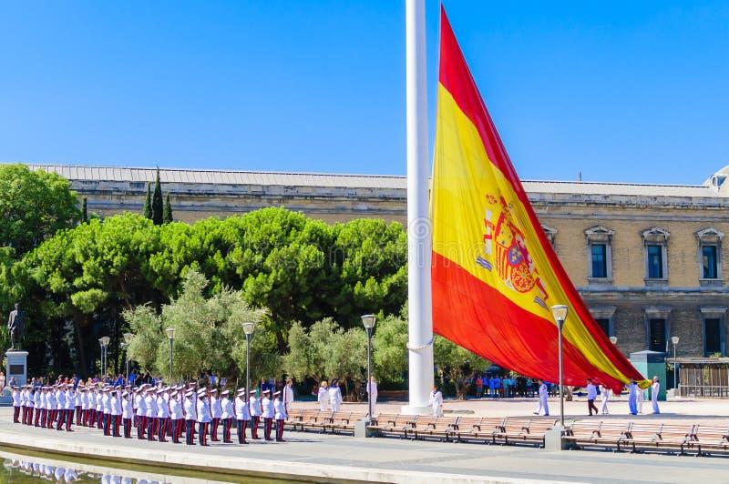 Aumento de la bandera española en dos puntos fotografía de archivo