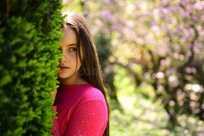 Aumento de la belleza de las pieles Modelo de la belleza con mirada fresca Señora de jóvenes en jardín de la primavera Muchacha l imagen de archivo libre de regalías