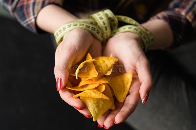 Aumento de peso malsano del bocado de los alimentos de preparación rápida que come microprocesadores fotografía de archivo libre de regalías