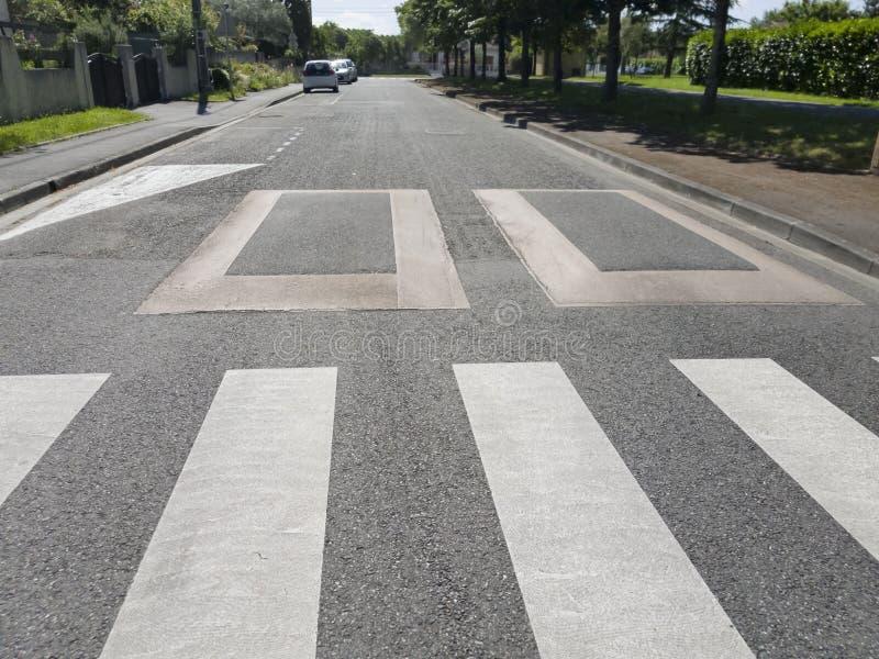 Aumento de una carretera de asfalto para reducir la velocidad fotos de archivo