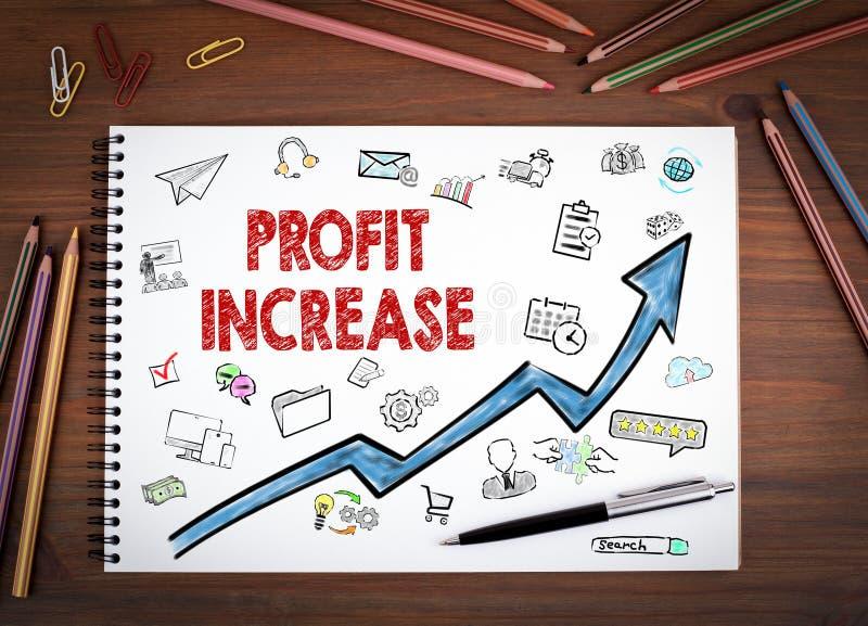 Aumento del beneficio, concepto del negocio Cuadernos, pluma y lápices coloreados en una tabla de madera imágenes de archivo libres de regalías