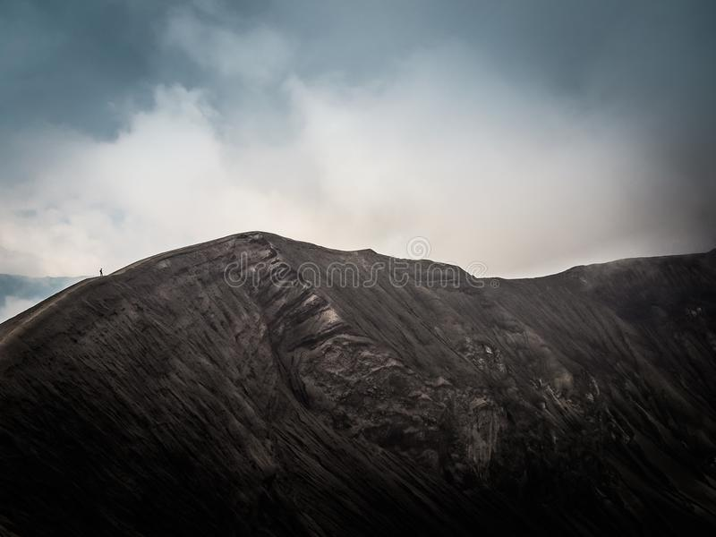 Aumento del cratere del vulcano di Bromo del supporto fotografia stock