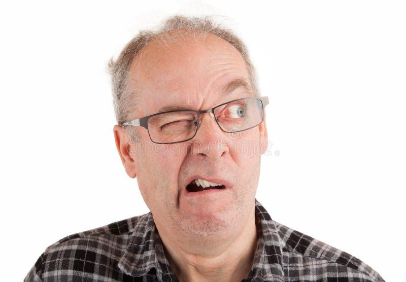 Aumento del hombre su ceja con incredulidad foto de archivo