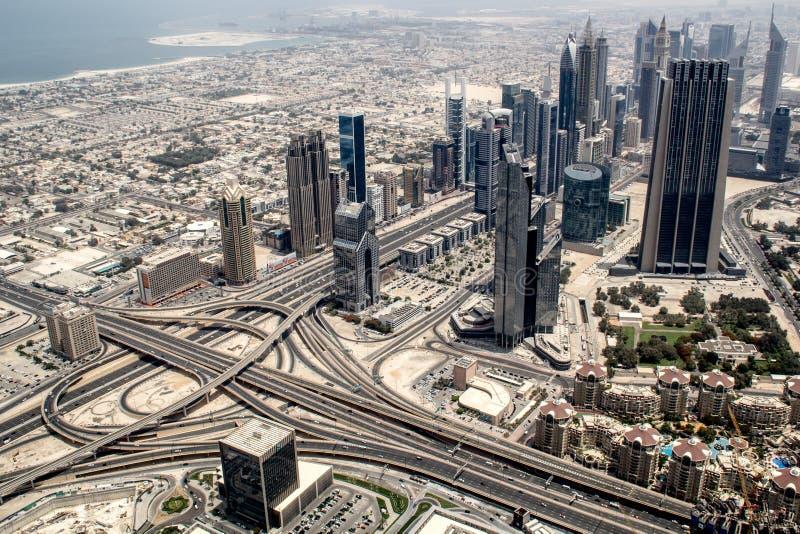 Aumento dell'orizzonte del Dubai dal deserto immagine stock libera da diritti